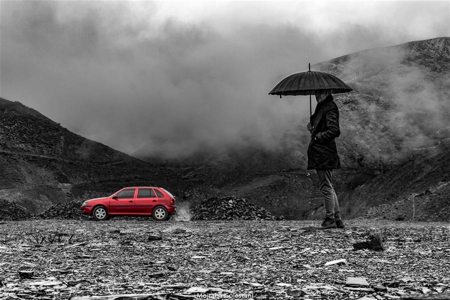 هنر عکاسی محفل عکاسی مجتبی گلستانی #زمستان #باران #کوه #ابر #ماشین #قرمز #چتر