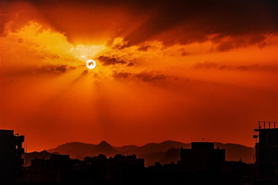 هنر عکاسی محفل عکاسی مصطفی بشری #آلودگی هوای #شهر مانع تماشای #آسمان زیبا و #غروب #خورشید هست اما بعضی مواقع این آلودگی خود باعث به وجود آمدن #مناظر تازه و دیدنی میشود.