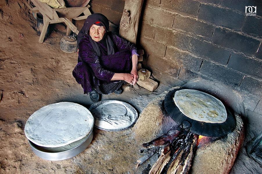 هنر عکاسی محفل عکاسی nader akbarpour(mezgana) پخت نان محلی یکی از سنت های دیرینه است که همچنان در برخی روستاهای استان لرستان انجام می شود.