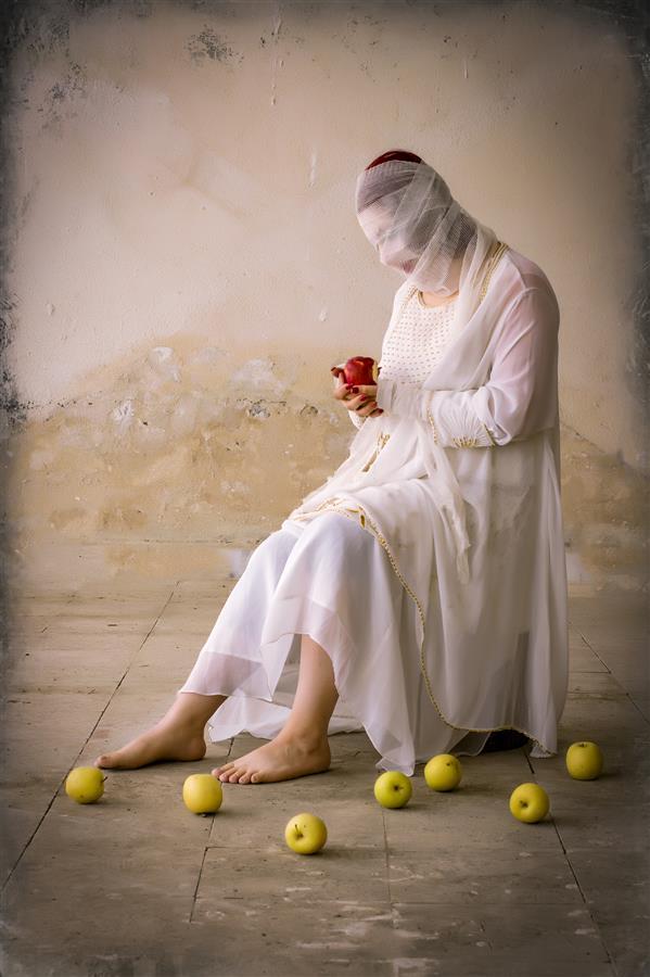 هنر عکاسی محفل عکاسی مریم آرین راد #حوا #سیب سرخ #زن