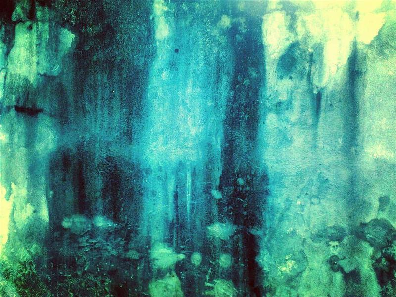 هنر عکاسی محفل عکاسی آسیه رضائی سکونِ جنگل حرفِ گمشده را ربود .و در پسِ درختان بی نام پنهانش کرد.. ....................................................................... .هذیانم را دنبال میکنم، اتاقها، خیابانها کورمالکورمال بهدرونِ راهروهای زمان میروم از پلّهها بالا میروم و پایین میآیم بیآنکه تکان بخورم با دست دیوارها را میجویم به نقطهی آغاز بازمی گردم چهرهی تو را میجویم به میانِ کوچههای هستیام میروم در زیرِ آفتابی بیزمان و در کنار من تو چون درختی راه میروی تو چون رودی راه میروی تو چون سنبلهی گندم در دستهای من رشد میکنی تو چون سنجابی در دستهای من میلرزی تو چون هزاران پرنده میپری خندهی تو بر من میپاشد سرِ تو چون ستارهی کوچکیست در دستهای من آنگاه که تو لبخندزنان نارنج میخوری جهان دوباره سبز میشود جهان دگرگون میشود. . ./اوکتاویو پاز؛بخشی از منظومه ی سنگ آفتاب/  _ _ _ _ _ _ _ _ _ _ _ _ _ _ _ _ _ _ _ _ _ _ _ _ _ _ _ _ _ #photo_by_me#photo_by_phone(#HUAWEI_Y550) #abstract#fine_art#art#artist#abstract_photography #آبستره #عکاسی_با_گوشی  اندازه:30*40