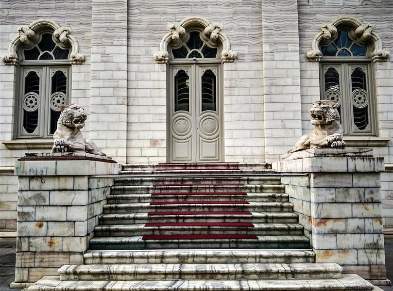 هنر عکاسی محفل عکاسی آرش رستم زاد کاخ مرمر رامسر به دستور رضاشاه در سال 1316 ساخته شد،نمای این کاخ توسط هنرمندان ایرانی و با استفاده از سنگ های مرمر رگه دار ساخته شده،به طوری که رگه تمام سنگ ها در یک راستا قرار دارد،و تناسب و هماهنگی تماشایی این بنا در نمای پشت ساختمان به کمک دو محسمه ببر مرمرین سفید که در تقارن کامل به سر میبرند دو جندان شده...تقارن سادگی و زیبایی همواره در معماری ایرانی عناصر اصلی محسوب میشدند سایز حدود: 50*30