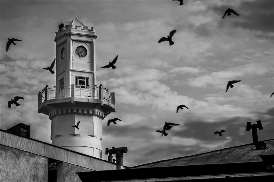 هنر عکاسی محفل عکاسی آرش رستم زاد هر شهری یه نمادی داره که برای اون شهر با ارزشه و خیلی چیزارو در مورد اون شهر میشه ازش فهمید...  تو انزلی برج ساعت مناره ای است که نماد شهر انزلیه این بنا سال 1230 با آجر ساخته شد و در ابتدا بعنوان برج دیدبانی و فانوس دریایی راهنمای کشتیرانان خزر بود و بعد از پیشرفت ناوبری دریایی این ساختمون به ساعت شهر تغییر کاربری داد...
