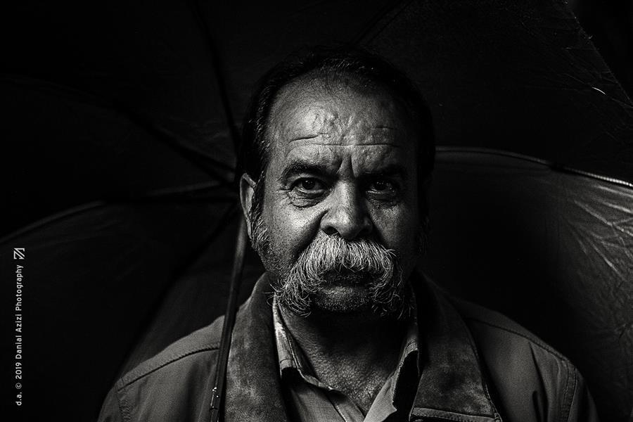هنر عکاسی محفل عکاسی دانیال عزیزی #عکاسی #پرتره #مرد #شب #تاریک #چتر #هنر #سبیل