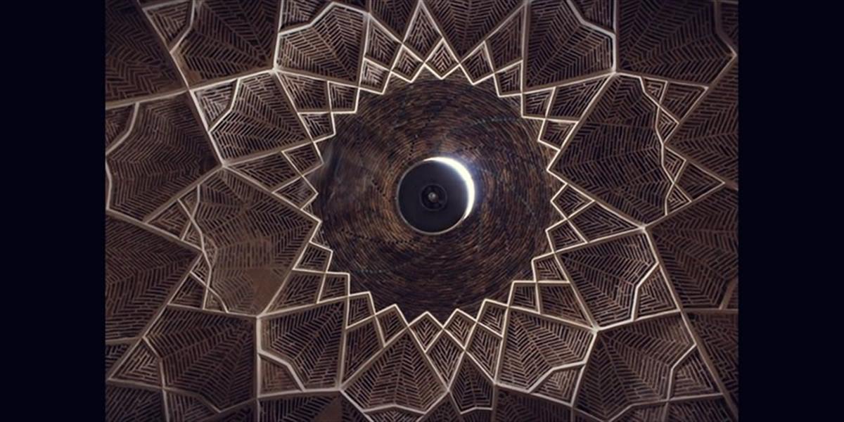 هنر عکاسی محفل عکاسی احمد بیاتی این مجموعه آثار با عنوان «نگاه نو» غالباً از آثاری تشکیل شده که هنرمند زیباییهای بناهای ساختمانی بومی و معماری کهن ایرانی اسلامی را به تصویر کشیده است که هر بینندهای را که به معماری کهن علاقهمند باشد ساعتها مجذوب تماشا میکند.  نام این اثر : تابلو عکس رخ ماه