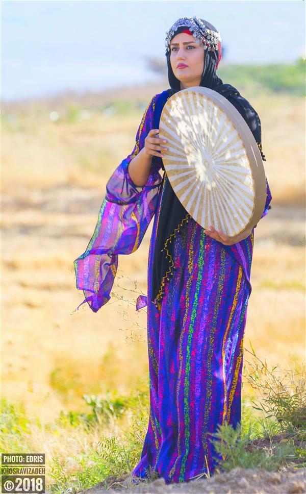 هنر عکاسی محفل عکاسی Edris Khosravizadeh دختر دف نواز سایز ۵۰*۷۰ کاغذ سیلک روی شاسی