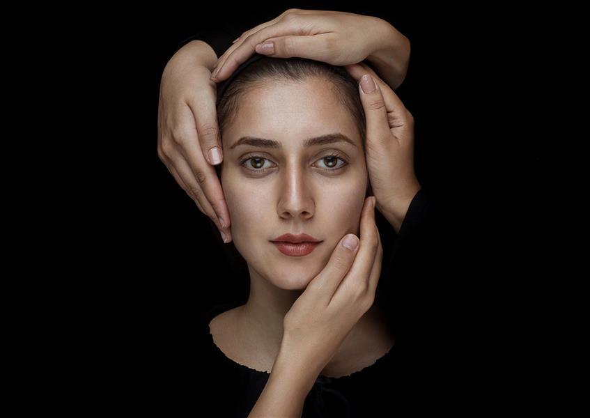 هنر عکاسی محفل عکاسی محمد حسن زندیان عکس پرتره با نام دست ها  هدف از گرفتن این پرتره فاین آرت و زیبایی است #پرتره #فاین_آرت #دست
