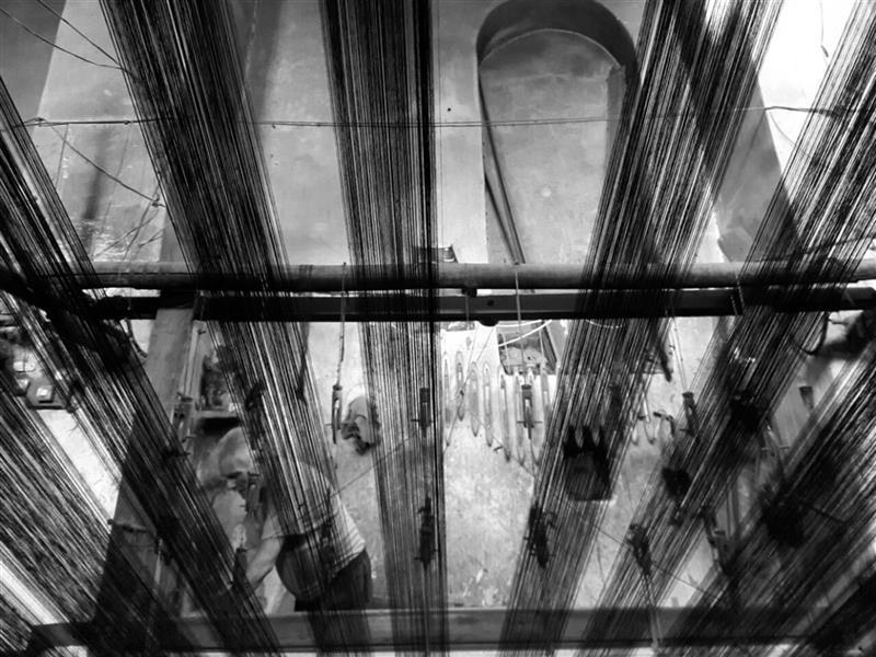 هنر عکاسی محفل عکاسی مرضیه ملکی مردی درحال کار بادستگاه ابریشم بافی -کاشان