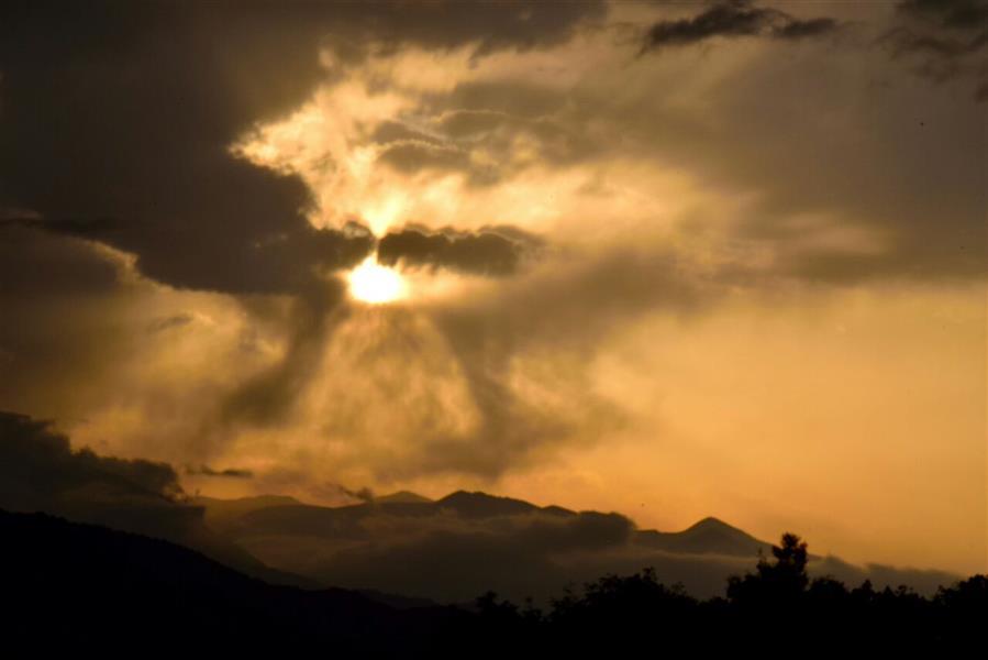 هنر عکاسی محفل عکاسی Tchiya روزنه آفتاب دروغین ، که امید را نوید میدهد در این جنگ پرآشوب طمع انسانی!