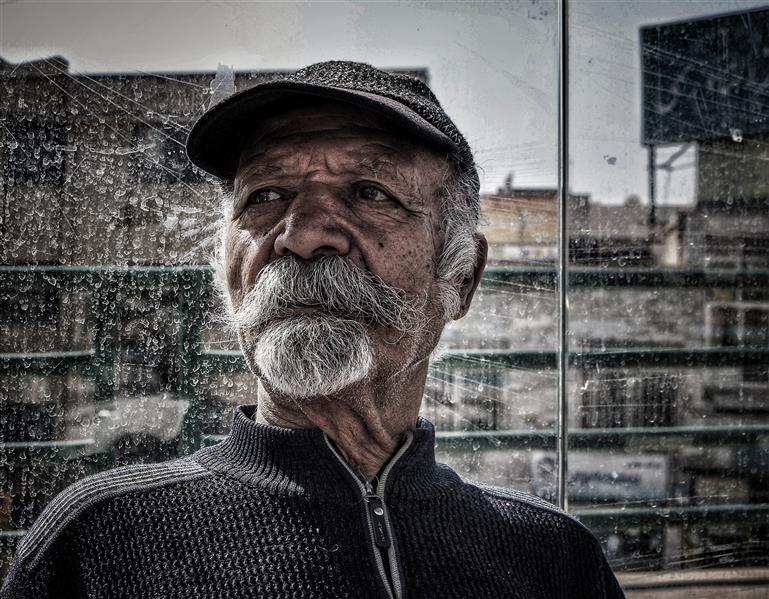 هنر عکاسی محفل عکاسی مهدی امیرزاده نام اثر:مردی در ایستگاه اتوبوس #پرتره