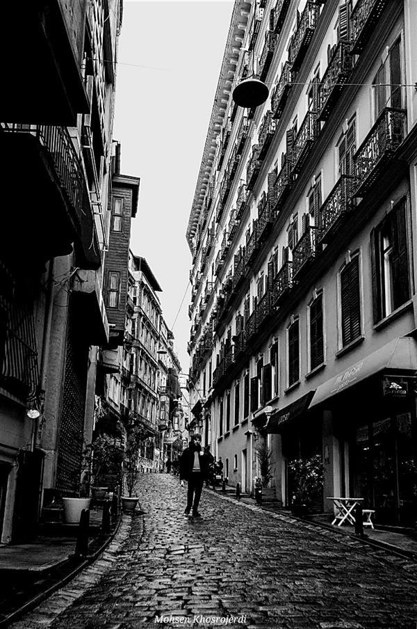 هنر عکاسی محفل عکاسی محسن خسروجردی #سیاه و سفید#عابر#خیابان#باران#تنهایی