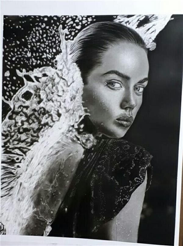 هنر نقاشی و گرافیک محفل نقاشی و گرافیک سحر پرآهنگ دختری از جنس باران تکنیک سیاه قلم سبک هایپررئال