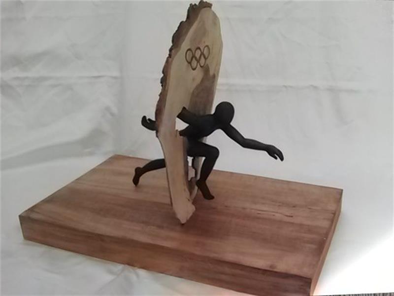 هنر سایر محفل سایر هنر ها پروانه سادات میرآفتابیان نام : پیروزی مجسمه با چوب گردو با پایه راش  سال ساخت : ۱۳۸۶ ابعاد تقریبا :۴۰ * ۶۰