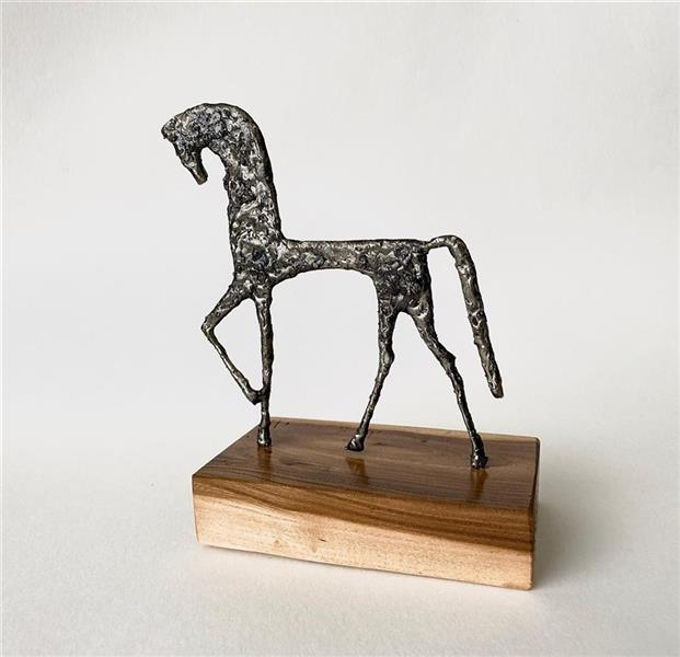 هنر سایر محفل سایر هنر ها شهاب صالحی shahabsalehi_art# مجسمه فلزی اسب. باپایه چوب گردو. ارتفاع 28سانتی متر. متریال:فلز آهن.چوب