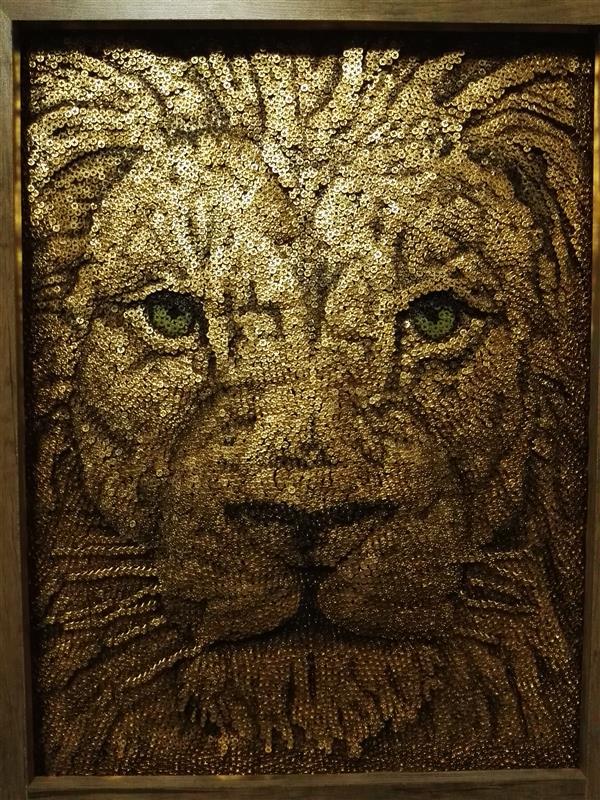 هنر سایر محفل سایر هنر ها مرتضی زارع شیرازی عکس جدید از صورت برجسته شیر( رنگ آمیزی شده) (شیر طلایی) بااستفاده از 17000 پیچ ابعاد 1متر در 70 سانتیمتر