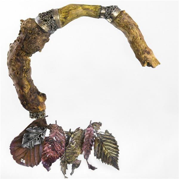هنر سایر محفل سایر هنر ها فاطمه صالحی جشوقانی عنوان اثر: من سردم است و از گوشوارههای صدف بیزارم. ابعاد اثر: ۲۲×۱۸ مواد  استفاده شده در اثر: چوب، نقره، برنج، مس.