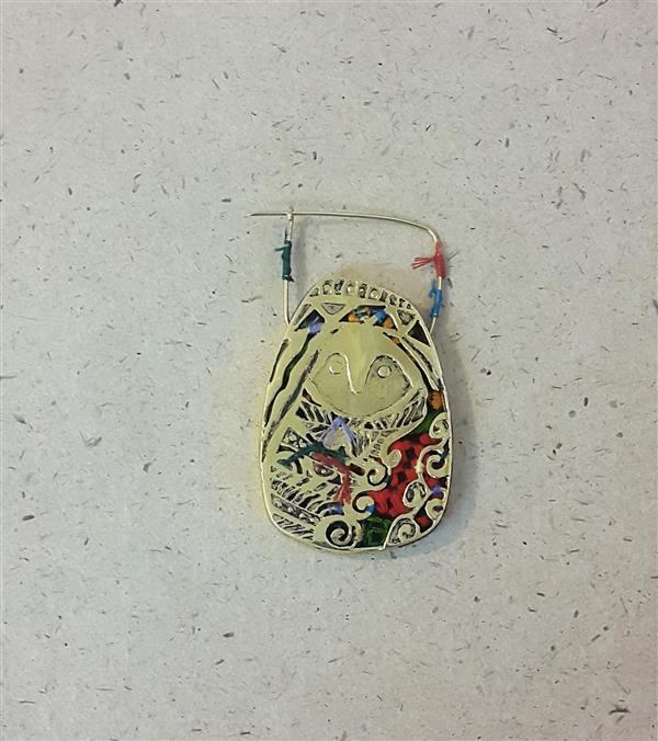 هنر سایر محفل سایر هنر ها فاطمه صالحی جشوقانی این اثر با الهام از سنگوارههای شهر یری در مشکین شهر و سوزندوزی زنان ترکمن ساخته شده است. سنگوارههایی که هیچ کدام دهان ندارند و تلفیق آن با سوزندوزی زنان ترکمن برای من یادآور زنان سرزمینم از دیرباز تا کنون هستند. زنانی که در همه حال محکوم به سکوت و حذف شدن هستند.
