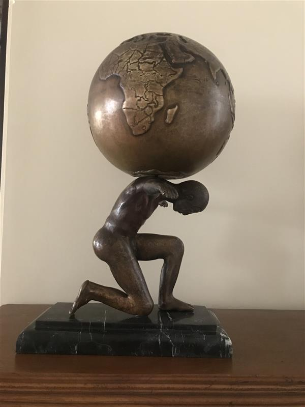 هنر سایر محفل سایر هنر ها رویا ایمانى #مجسمه #قلمزنى#ورق برنج موضوع؛ انسان و زمین پیکره انسانى در حالت تعادل با دوست باز در طرفین و برخاستن از زمین به مفهوم حرکت و پویایى با سر خم شده به سمت جلو به معناى تواضع و خرد انچه لازمه انسان امروز به عنوان تنها ناجى براى نجات این تنها مامن و پناهگاه است تماما فرم دهى با دست و قلم و چکش