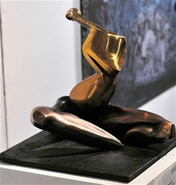 """هنر سایر محفل سایر هنر ها SeenaNayeri name: What Was Said to Diva نام: چه به """"دیوا"""" گفته شد. size: 30x30x26cm  ابعاد: ۳۰x۳۰x۲۶سانتیمتر bronze# #مجسمه #برنز #سینانیری 2020"""