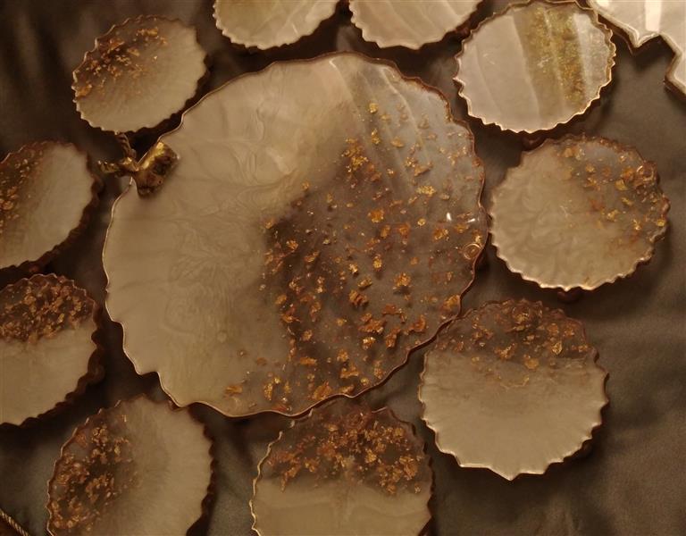 هنر سایر محفل سایر هنر ها ندا حیدری شیرینی خوری رزینی پایه برنجی کار شده با ورق طلا و رزین درجه ۱ قطر ۳۳ در رنگ و طرح های متفاوت نیز قابل اجرا