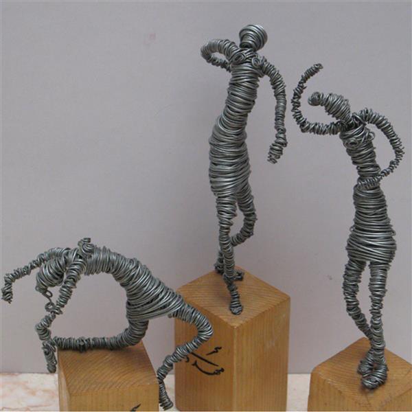 هنر سایر محفل سایر هنر ها سحر مهدوی متریال سیم گالوانیزه ، ابعاد مجسمه ۱۰ سانتی متر  اسم: نیایش