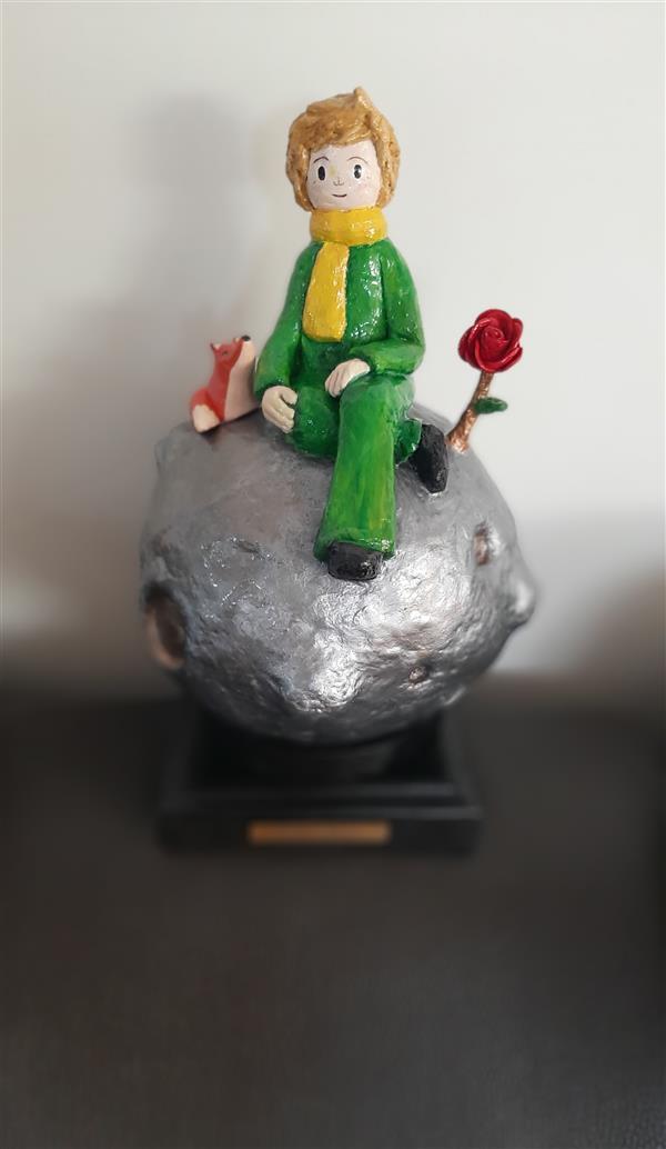 هنر سایر محفل سایر هنر ها زهرانجفی مجسمه ی شازده کوچولو و روباه   سیاره و شازده کوچولو از جنس خمیر پاپیه ماشه، روباه سفال پخت شده ،گل رز پارچه پایه چوب   سفید  رنگ اکرلیک