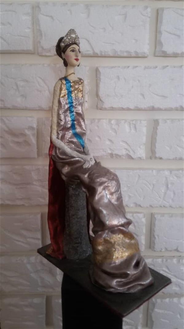 هنر سایر محفل سایر هنر ها مژگان خسروی ترکیب مواد 1398 ملکه نشسته مژگان خسروی