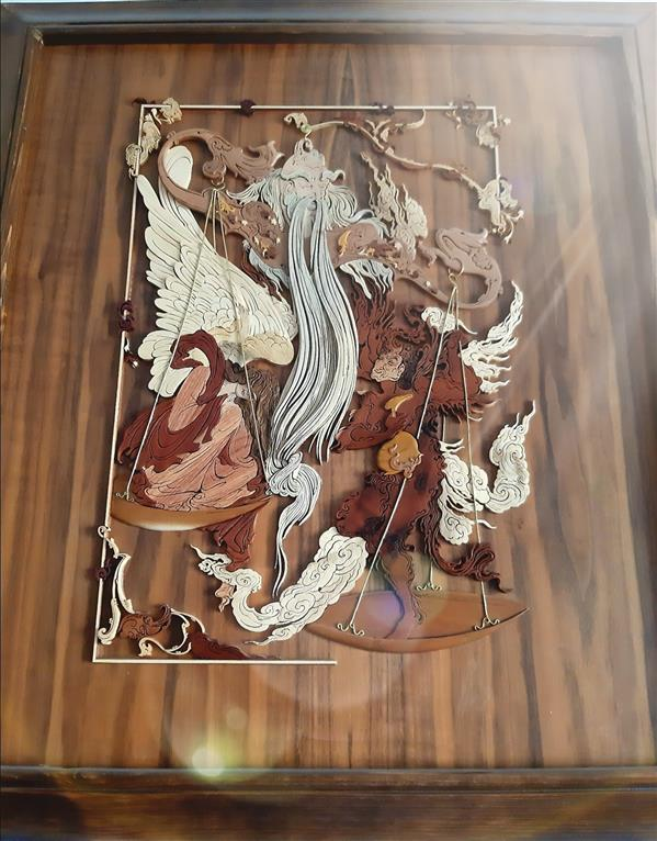 هنر سایر محفل سایر هنر ها نادره نوری معرق منبت برجسته کار شده به سبک ظریف نگاره  میزان (طراحی استاد محمود فرشچیان) چوبهای افرا، اکالیپتوس، عناب، توت، گلابی، گز، ممرز اثر نادره نوری سال ۱۳۹۸
