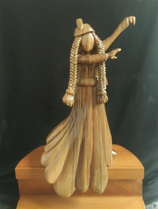 هنر سایر محفل سایر هنر ها سجاد اعترافی فیگور رقص آذری تراشیده شده از چوب گردو روی پایه از جنس چوب راش