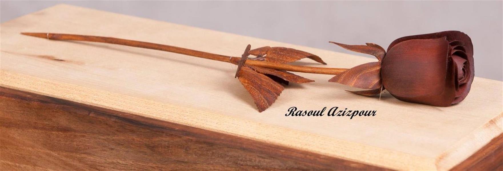 هنر سایر محفل سایر هنر ها رسول عزیزپور شاخه گل رز گلبرگ از چوب عناب یکپارچه و شاخ و  برگ از چوب اقاقیا یکپارچه با ابزار دستى کنده کارى شده است
