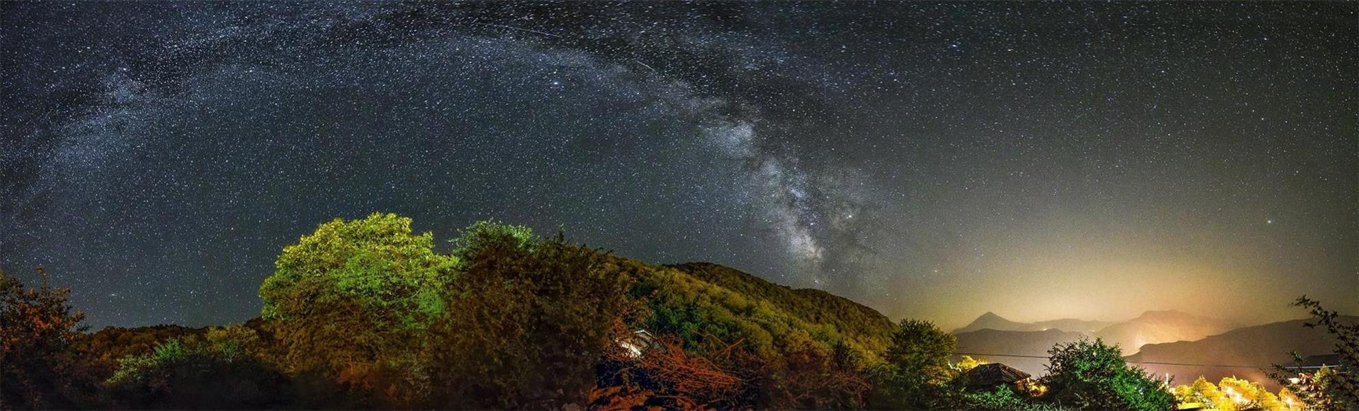 هنر عکاسی عکاسی در شب Pendar Akbari پانوراما راه شیری و قله دماوند عکاسی از روستای الیمستان مازندران 12 شات عکس با نوردهی 20 ثانیه و ایزو 400 و دیافراگم 2.8 نیکون دی 750 14 میلی متر سامیانگ