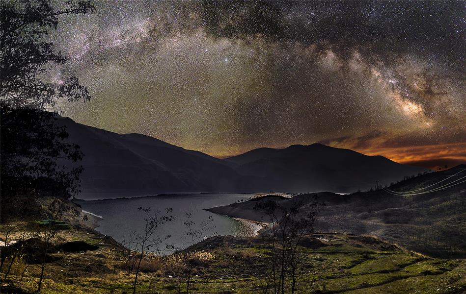 هنر عکاسی عکاسی در شب shahriar در این عکس کمان کهکشان راه شیری بر فراز سد لتیان می باشد.