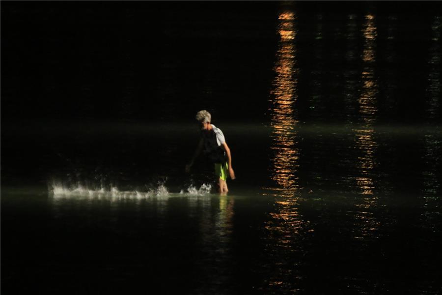 هنر عکاسی عکاسی در شب  Babak Mansourian ماهیگیر تور خود را به آب می اندازد.