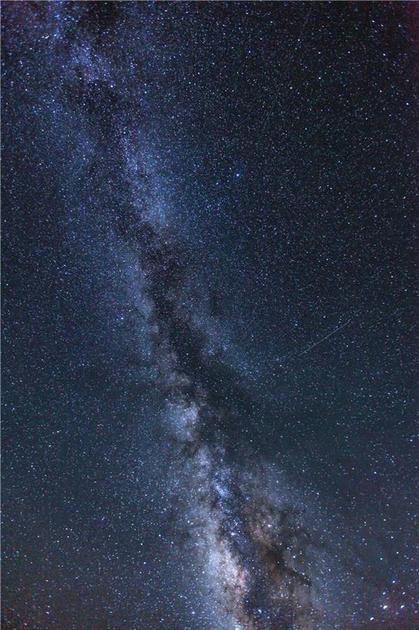 هنر عکاسی عکاسی در شب محمد صادق سمندی زاده این اثر (رد کهکشان راه شیری) با تکنیک (لانگ اکسپوژر)در ارتفاعات فیلبند استان مازندران ثبت گردیده و توسط 1 شات 30 ثانیه با ایزو 3200 به همراه لنز 16-35 با عدد دیاف:2.8 گرفته شده