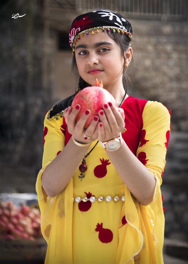 هنر عکاسی عکاسی فرهنگ ایرانی سیامک امیدی جشن انار . روستای ساتیاری . پاوه