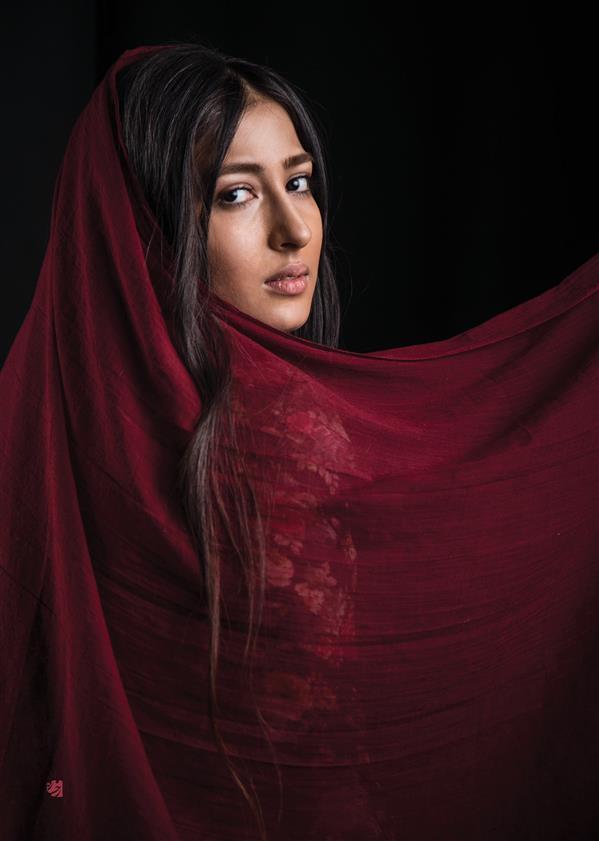 هنر عکاسی عکاسی پرتره هنری رخساره شجاع الدین نام اثر: دو صد بیم از سفر دارد ، از مجموعه #شالهای_رنگی