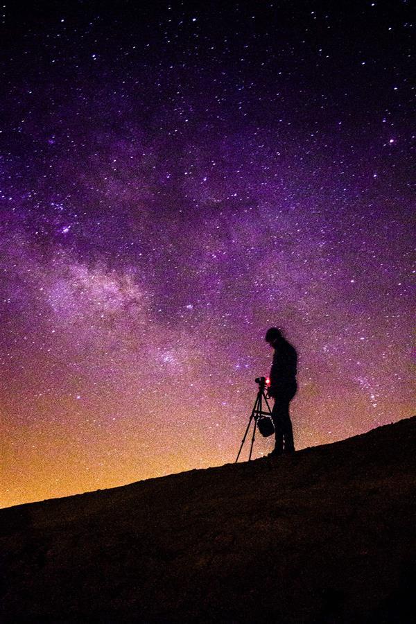 هنر عکاسی عکاسی سیلوئت یا ضد نور مصطفی بشری «#عکاس و #کهکشان» عکاسی از آسمان شب و کهکشان راه شیری یکی از لذت بخش ترین هنرهاست.. ثبت شده در دشت مسیله و چاپ شده بر روی تخت شاسی (۳ سانت) 50x70 مات